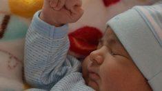 Bebé prematuro escucha el canto de mamá y eleva los brazos al cielo: en redes dicen que alababa a Dios