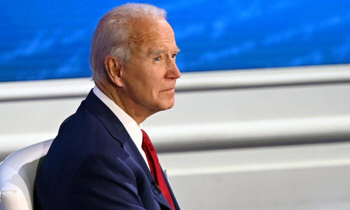 El candidato presidencial demócrata y exvicepresidente, Joe Biden, participa en un foro ciudadano en el National Constitution Center, en Filadelfia, Pensilvania, el 15 de octubre de 2020. (Jim Watson/AFP a través de Getty Images).