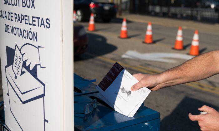 Una persona recoge las boletas de los votantes en ausencia el 16 de octubre de 2020. (Dustin Franz/AFP vía Getty Images)