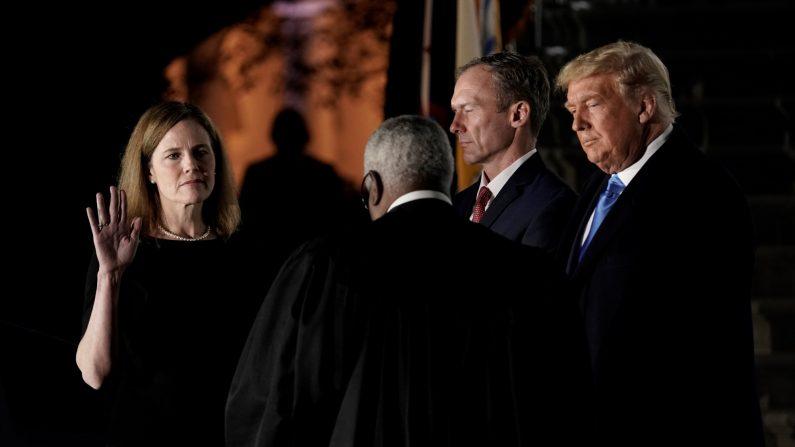 El magistrado de la Corte Suprema Clarence Thomas (centro) toma juramento a la juez Amy Coney Barrett en el Jardín Sur de la Casa Blanca el 26 de octubre de 2020. (EFE/EPA/Ken Cedeno/POOL)