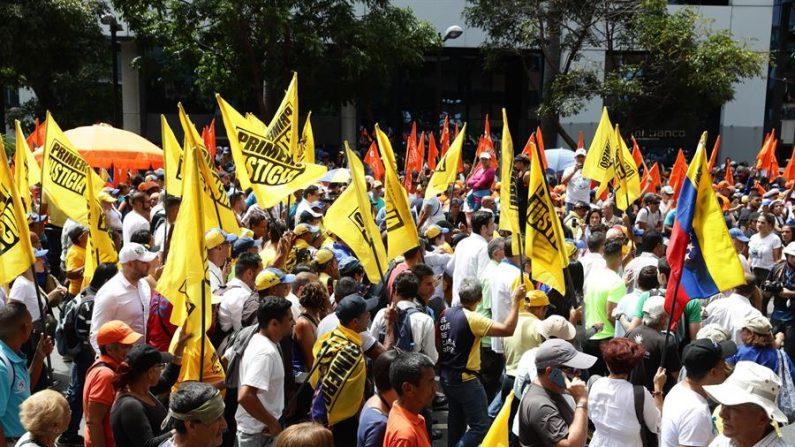 Fotografía de archivo de cientos de personas que asisten a una manifestación en Caracas (Venezuela). EFE/Rayner Peña R./Archivo