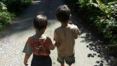 Niño de 7 años lleva a su hermano de 2 años a la escuela para poder cuidarlo sin faltar a clases