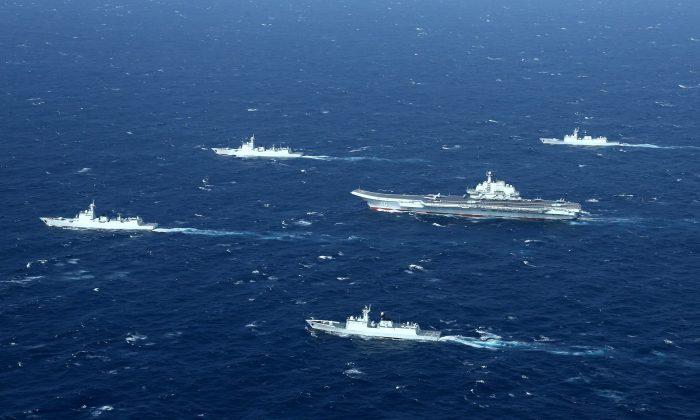 Una formación de la Marina china durante unos ejercicios militares en el mar de China Meridional, el 2 de enero de 2017. (STR/AFP/Getty Images)