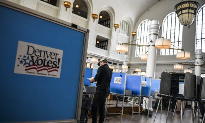 Un hombre vota en Denver, Colorado, el 30 de junio de 2020. (Michael Ciaglo/Getty Images).