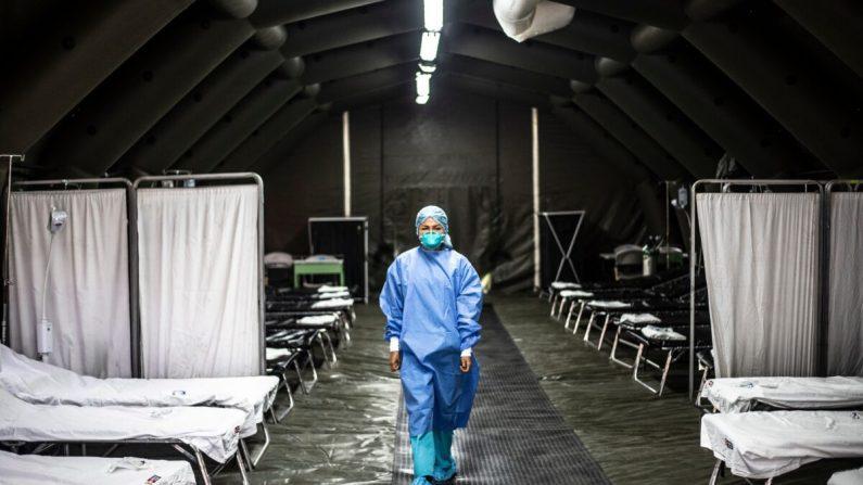 Un profesional de la salud en una unidad establecida para pacientes con el virus del PCCh en Lima, Perú, el 27 de febrero de 2020. Documentos internos revelan que Beijing sabía para entonces de casos sospechosos que se remontan a septiembre de 2019, pero no se lo dijo al mundo. (Hung Sung-Jun/Getty Images)