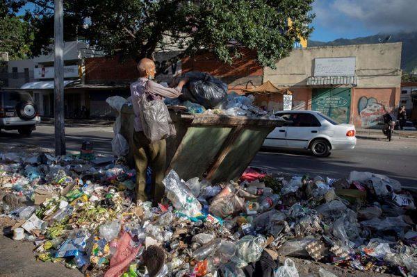 Un hombre busca la comida entre la basura, el 26 de octubre de 2020, en Caracas (Venezuela). EFE/ Rayner Pena R
