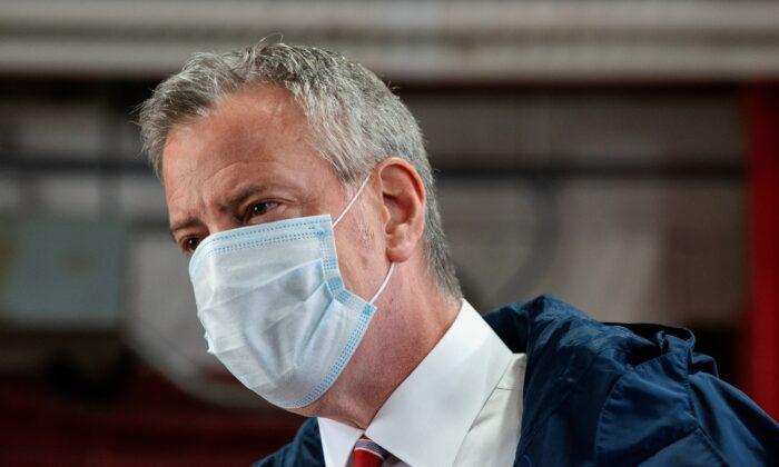 El alcalde de la ciudad de Nueva York Bill de Blasio durante una aparición en la ciudad de Nueva York, el 4 de mayo de 2020. (Bryan Thomas/Getty Images)