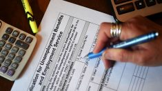 Solicitudes semanales de desempleo suben a casi 900,000