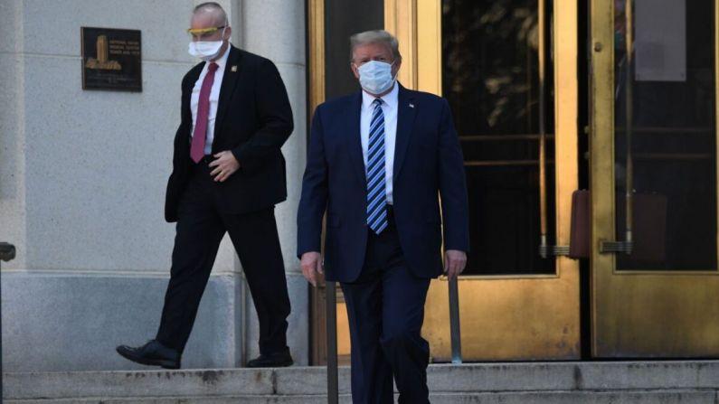 El presidente, Donald Trump, camina hacia el Marine One en el Centro Médico Walter Reed en Bethesda, Maryland, el 5 de octubre de 2020. (SAUL LOEB/AFP a través de Getty Images)