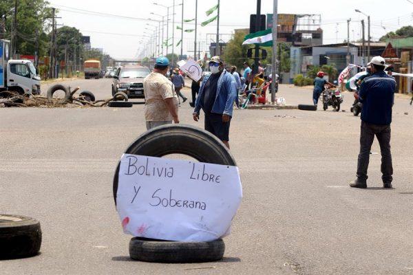 Fotografía de una avenida bloqueada por ciudadanos bolivianos el 31 de octubre de 2020, en Santa Cruz (Bolivia) en rechazo a los resultados de las pasadas elecciones y por un cambio en el reglamento del Parlamento boliviano que consideran a favor del partido ganador MAS. EFE/Juan Carlos Torrejón