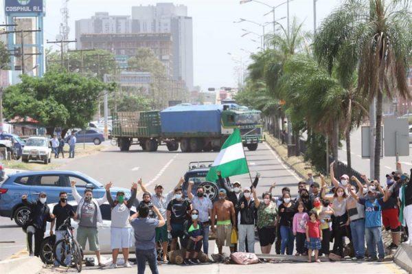 Un grupo de vecinos bloquea una de las principales avenidas el 31 de octubre de 2020, en Santa Cruz (Bolivia) en protesta por lo que consideran un fraude en las pasadas elecciones bolivianas, ganadas por mayoría por el Movimiento Al Socialismo (MAS). EFE/ Juan Carlos Torrejón