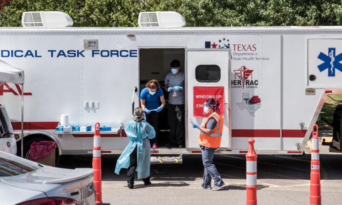 Enfermeras llevan a cabo pruebas del virus del PCCh en un recién inaugurado sitio de autoservicio el 21 de julio de 2020 en El Paso, Texas (EE.UU.). (Cengiz Yar/Getty Images)