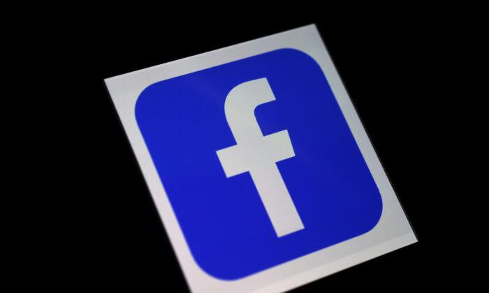 Un logotipo de la app de Facebook en un smartphone. (Olivier Douliery/AFP vía Getty Images)