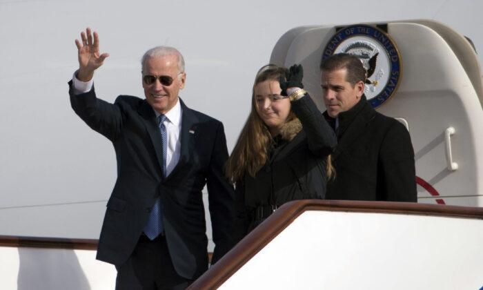 El exvicepresidente Joe Biden saluda al salir del Air Force Two con su nieta, Finnegan Biden (centro) y su hijo Hunter Biden (derecha) a su llegada a Beijing el 4 de diciembre de 2013. (Ng Han Guan/AFP vía Getty Images)