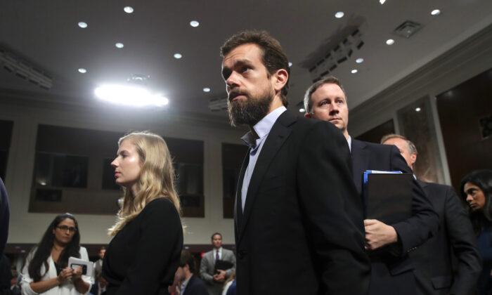 El CEO de Twitter, Jack Dorsey, se retira después de testificar durante una audiencia del Comité de Inteligencia del Senado en el Capitolio, el 5 de septiembre de 2018. (Drew Angerer/Getty Images)