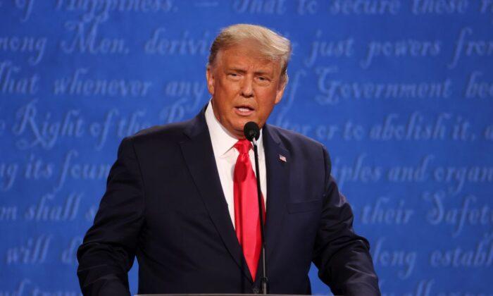 El presidente Donald Trump participa en el debate presidencial final contra el candidato presidencial demócrata Joe Biden en la Universidad de Belmont en Nashville, Tennessee, el 22 de octubre de 2020. (Justin Sullivan/Getty Images)
