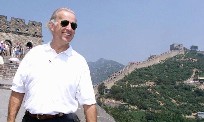 El entonces presidente del Comité de Relaciones Exteriores del Senado de EE. UU. Joe Biden visita la Gran Muralla China en Badaling, al norte de Beijing, el 10 de agosto de 2001. (Greg Baker/POOL/AFP vía Getty Images)