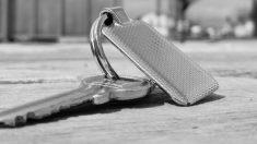 """Cerrajero salva a una mujer de ser secuestrada después de ver """"911"""" escrito en su mano"""
