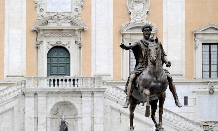 La estatua ecuestre del emperador Marco Aurelio, en la Piazza del Campidoglio en el centro de Roma, el 9 de febrero de 2010. (FILIPPO MONTEFORTE/AFP a través de Getty Images)