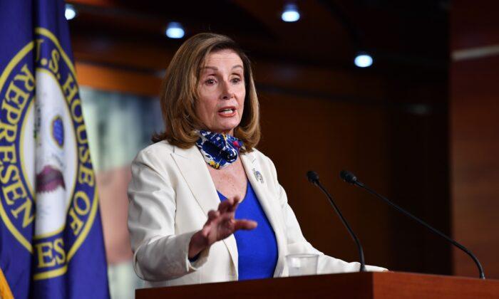 La presidente de la Cámara de Representantes, Nancy Pelosi (D-Calif.), realiza su conferencia de prensa semanal en Capitol Hill, en Washington, el 1 de octubre de 2020. (Nicholas Kamm/AFP a través de Getty Images).
