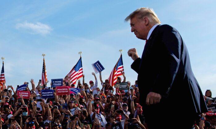 """El presidente Donald Trump llega a un mitin de """"Make America Great Again"""" (Haz a Estados Unidos Grande de Nuevo) en el aeropuerto internacional de Ocala, Florida, el 16 de octubre de 2020. (Brendan Smialowski/AFP vía Getty Images)"""