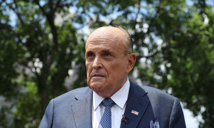 El abogado del presidente Donald Trump y exalcalde de la ciudad de Nueva York, Rudy Giuliani, habla con los periodistas frente a la Casa Blanca, en Washington, el 1 de julio de 2020. (Chip Somodevilla/Getty Images)