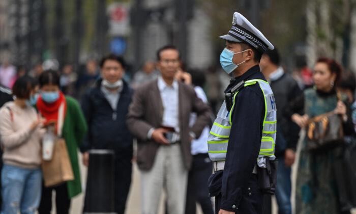 Residentes en Shanghai cuestionan datos del COVID-19 mientras la ciudad intensifica su control del virus