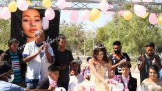 Quinceañera mexicana cumple su sueño de invitar a su fiesta y regalar comida a personas sin hogar
