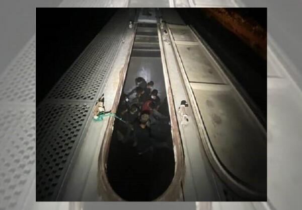 Agentes de la Patrulla Fronteriza en el sur de Texas rescataron a 27 personas que intentaban entrar ilegalmente en Estados Unidos por medio de vagones de tren ocultos. (Oficina de Aduanas y Protección Fronteriza de los Estados Unidos)