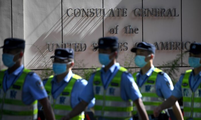Policías marchan frente al consulado de Estados Unidos en Chengdu, provincia de Sichuan, suroeste de China, el 26 de julio de 2020. (Noel Celis/AFP a través de Getty Images)