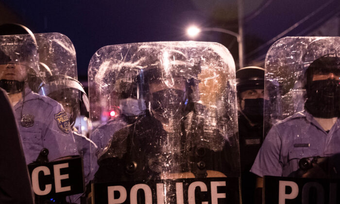 La policía con equipo antidisturbios se enfrenta a unos manifestantes que marchan por el oeste de Filadelfia el 27 de octubre de 2020. (Gabriella Audi/AFP vía Getty Images)