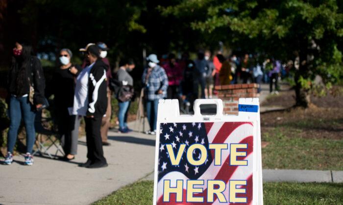 Las personas hacen fila afuera de la Oficina de Elecciones y Registro de Votantes, del Condado de Richland, el segundo día de la votación en persona ausente y anticipada en Columbia, Carolina del Sur, el 6 de octubre de 2020. (Sean Rayford/Getty Images).