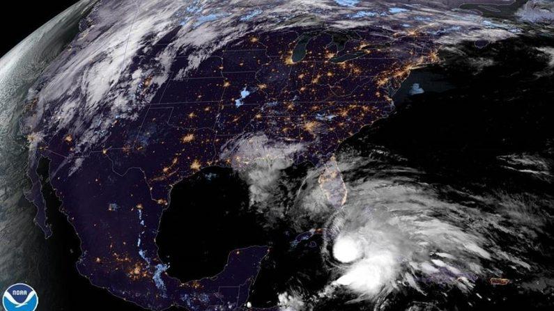 El sur de la Florida se prepara este domingo para la llegada en las próximas horas de la tormenta tropical Eta, que se prevé que se fortalezca en las cálidas aguas del Estrecho de Florida e impacte el extremo más meridional del Estados Unidos continental como huracán de categoría 1. EFE/ NOAA-NHC