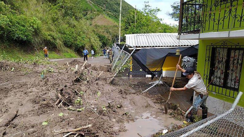 Fotografía de archivo cedida el 14 de noviembre por la Gobernación de Antioquia que muestra las afectaciones por un deslizamiento de tierra dadas las fuertes lluvias en la vía Uramita-Dabeiba, en Antioquia (Colombia). EFE/ Gobernación de Antioquia