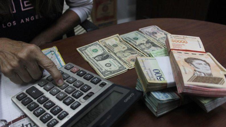 El precio del dólar en el mercado paralelo de Venezuela superó el 24 de noviembre de 2020 el millón de bolívares, luego de varios días de encarecimiento de esta divisa en el país mientras que la moneda nacional se ha devaluado más de 50 % en lo que va de noviembre. EFE/Johnny Parra/Archivo