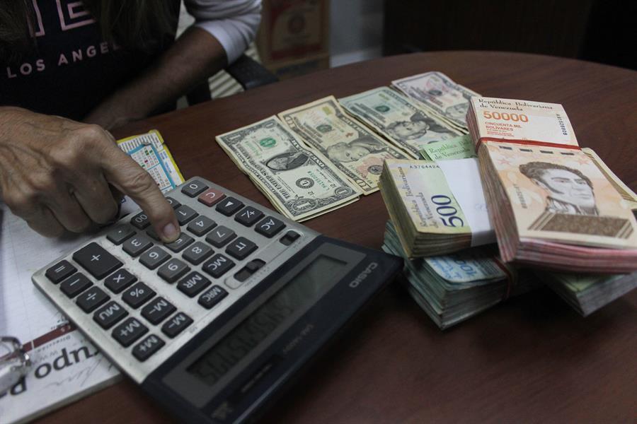 La moneda venezolana se devalúa 14.75 % frente al dólar en una semana