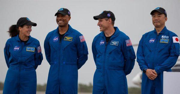 Miembros de la misión Crew-1: los astronautas de la NASA Shannon Walker, Victor Glover y Michael Hopkins, y Soichi Noguchi de la JAXA, llegan al Centro Espacial Kennedy en Cabo Cañaveral, Florida (EE.UU.), el 8 de noviembre de 2020. EFE/CJ Gunther