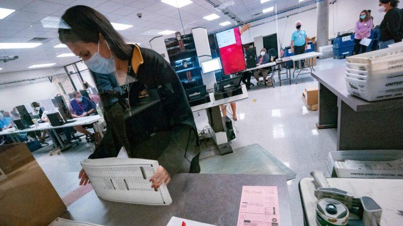 Una trabajadora electoral clasifica las boletas dentro del Departamento de Elecciones del Condado de Maricopa en Phoenix, Arizona, el 5 de noviembre de 2020. (Olivier Touron/AFP vía Getty Images)