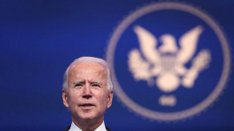 El candidato presidencial demócrata Joe Biden se dirige a los medios de comunicación en el Queen Theatre en Wilmington, Delaware, el 10 de noviembre de 2020. (Joe Raedle/Getty Images)