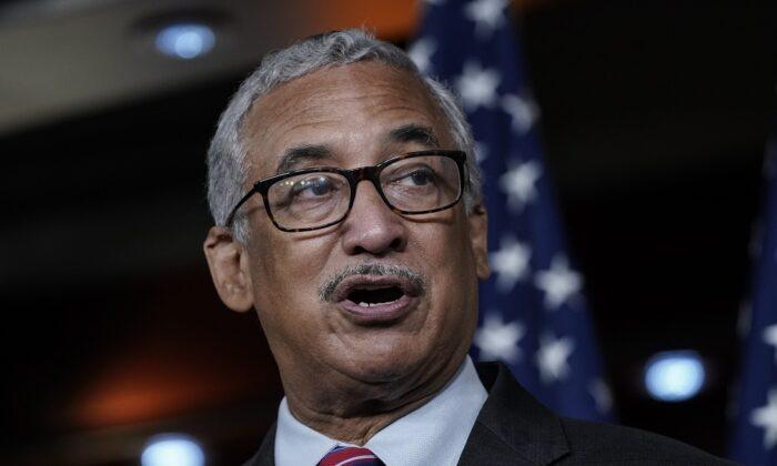 El representante Bobby Scott (D-Va.) habla durante un informe en el Capitolio de EE. UU.  en Washington el 29 de julio de 2020. En 2019, Scott presentó un proyecto de ley que aumentaría el salario mínimo federal a USD 15 por hora. (Drew Angerer/Getty Images)