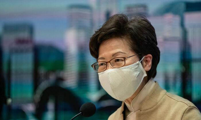 La líder de Hong Kong, Carrie Lam, habla durante una conferencia de prensa en Hong Kong el 11 de noviembre de 2020. (Anthony Kwan/Getty Images)
