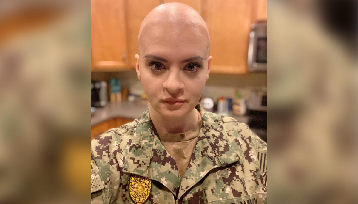 Mujer aprueba examen para ser jefe suboficial en la Marina de EE. UU. entre rondas de quimioterapia