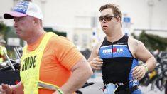 Hombre con Síndrome de Down concluye la competición Ironman y establece récord mundial Guinness
