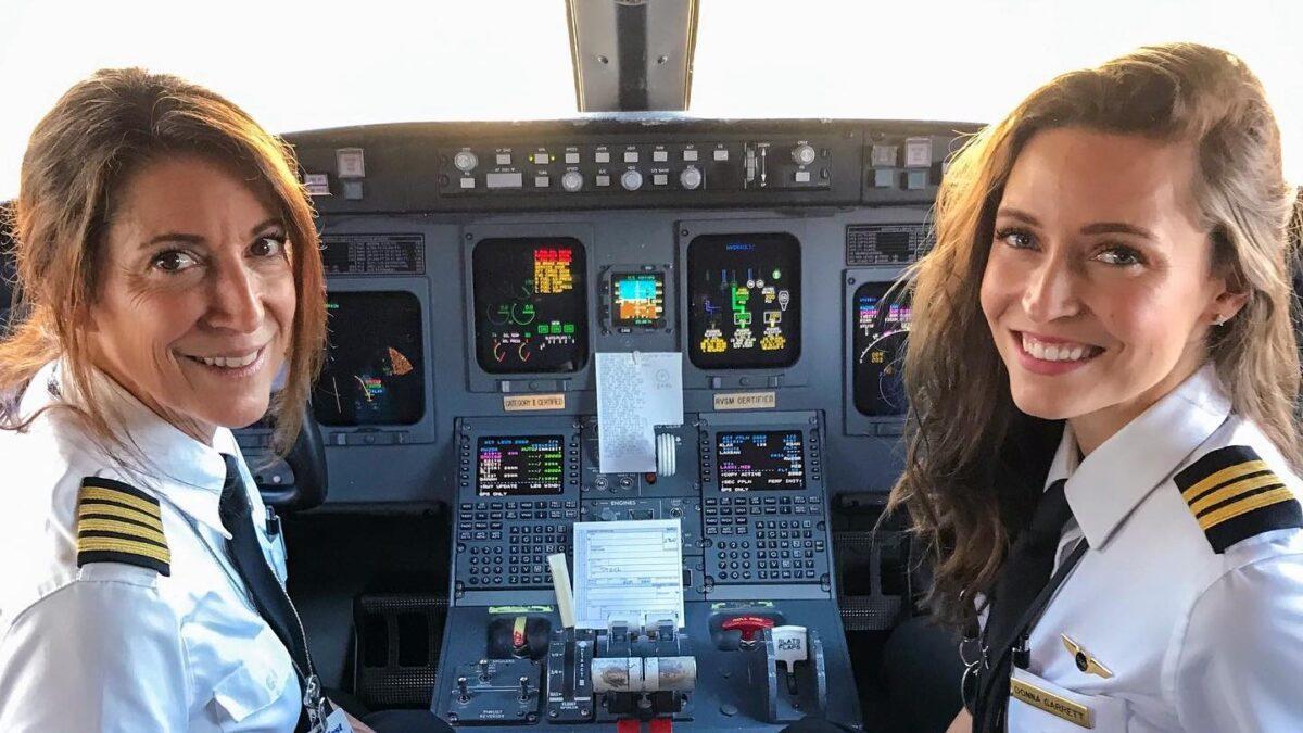 La imagen de una mamá y su hija piloteando juntas un vuelo comercial se vuelve viral
