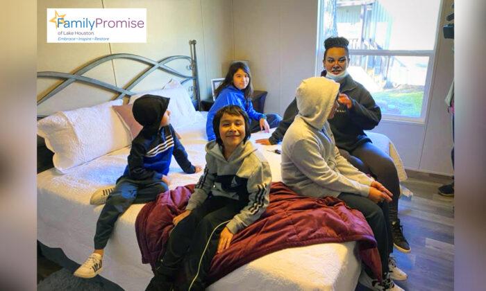 Familia de 5 personas recibe un nuevo hogar después de finalizar el programa de refugio