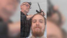 Padre anciano aprende a cortar el pelo de su hijo para ayudar a su esposa enferma