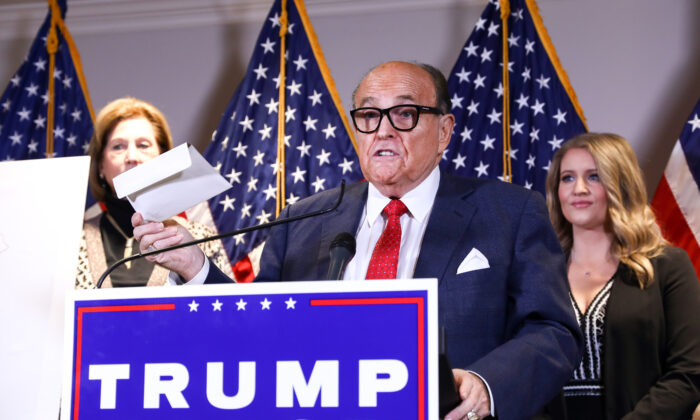 El abogado de Trump y exalcalde de la ciudad de Nueva York Rudy Giuliani habla en una conferencia de prensa en la sede del Comité Nacional Republicano en Washington el 19 de noviembre de 2020. (Charlotte Cuthbertson/The Epoch Times)