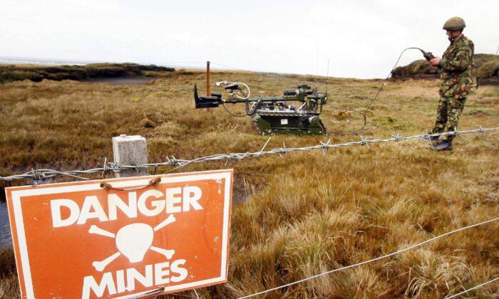 """Un robot de eliminación de artefactos explosivos de servicio conjunto """"Red Fire"""" está preparado para recuperar una mina en Stanley, Islas Malvinas, el 9 de febrero de 2007. (Peter Macdiarmid/Getty Images)"""