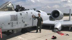 Piloto de combate que ejecuta aterrizaje sin tren de aterrizaje recibe la Cruz de Vuelo Distinguido