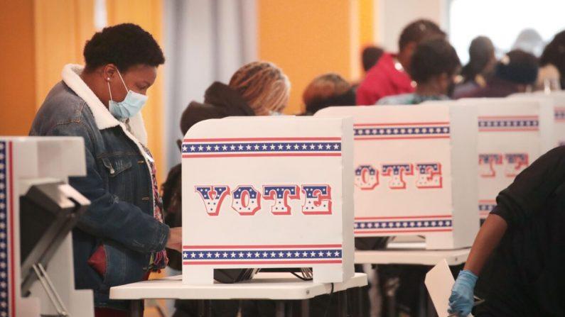 Los residentes votan en un centro de votación en el barrio de Midtown en Milwaukee, Wisconsin, el 20 de octubre de 2020. (Scott Olson/Getty Images)